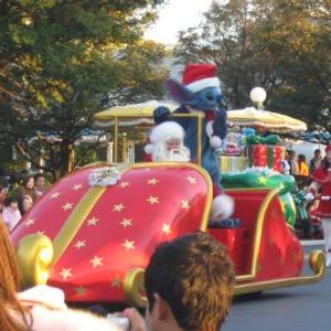 TDLクリスマスファンタジー、パレードのサンタクロースとスティッチ