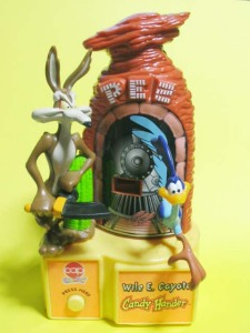 PEZ / LOONEY TUNES Wile.E.Coyote Candy Hander (1998) by cap candy, inc.