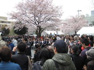 花咲公園、満杯の人