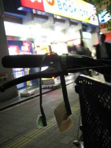 自転車のサドルに下がる紙袋の取っ手