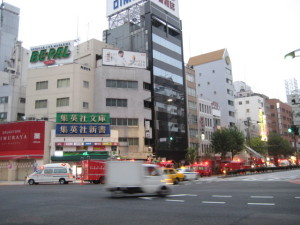 交差点いっぱいの消防車