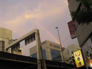 高速道路ごしの虹