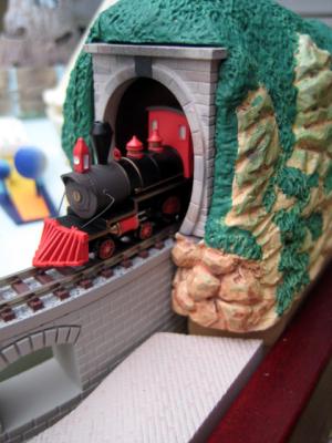 エントランス脇のトンネルと高架