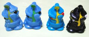 指人形/ケムール人バリエーション(左から、硬質ソフビ時代A、B、軟質化時カラー、黒は2001年変更カラー)