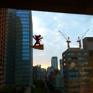 神保町の朝の空を飛ぶジェリー
