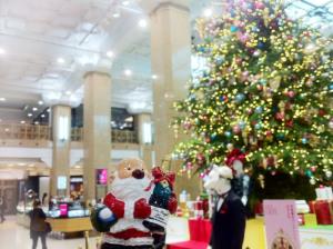 日本橋・高島屋のロビーに飾られるツリーとチャリティサンタ人形