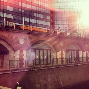 万世橋の高架線にさす陽