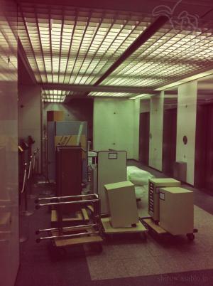 エレベーターホールから移動していく荷物