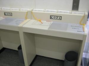 入館証用の記入机。日付が最終日。
