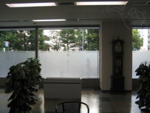 応接室から外の光を眺める