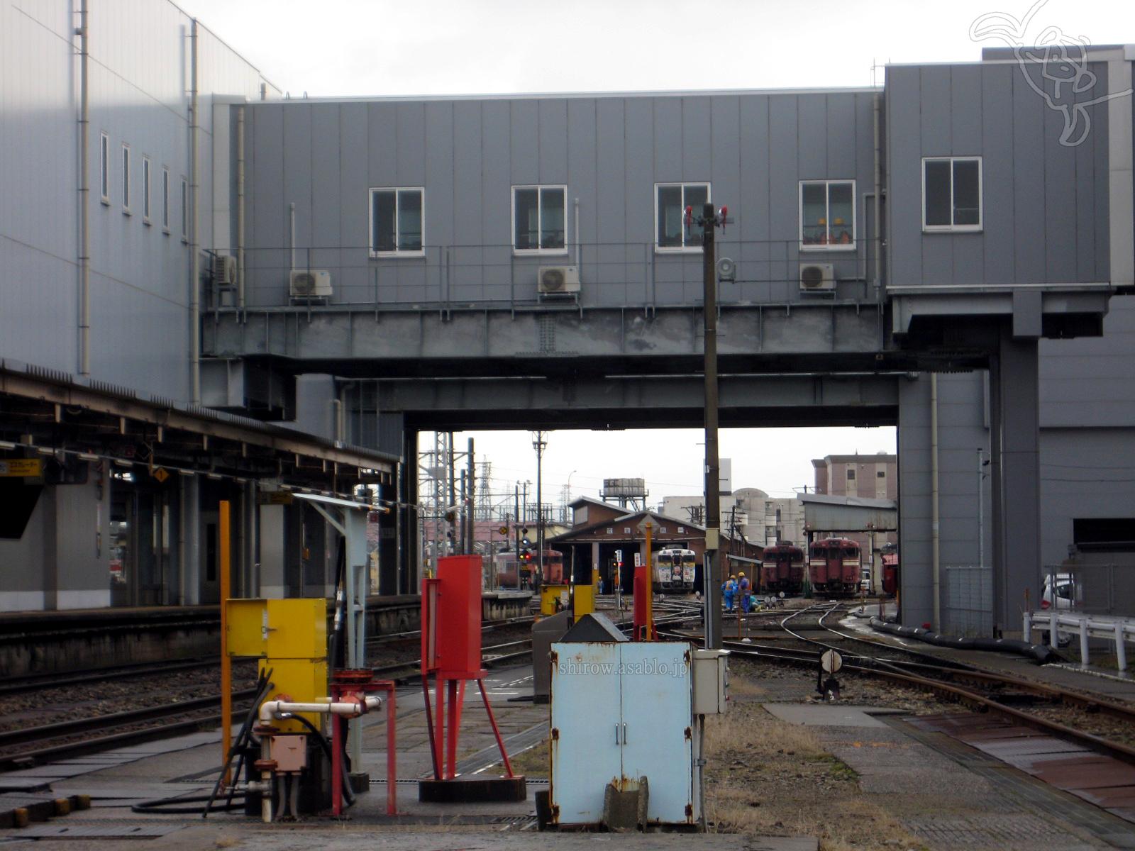 高岡駅の車庫に見える白い車体の忍者ハットリくん列車