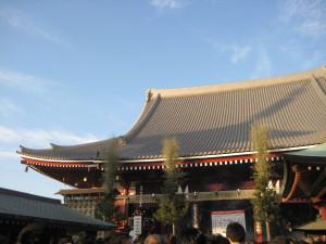 浅草寺の屋根におちる五重塔の影