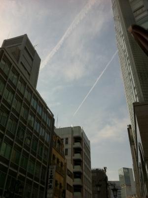 飛行機雲が増えていく