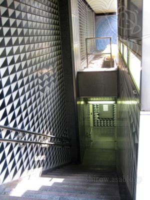 小学館ビル地下街への階段