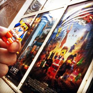 レゴ・ムービーのポスター看板とエメットのミニフィグ